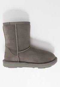 UGG - CLASSIC  - Kotníkové boty - grey - 1