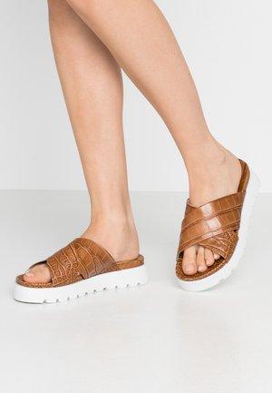 GIO - Pantofle - caramello/weiß