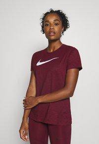 Nike Performance - DRY TEE CREW - Camiseta estampada - dark beetroot/desert berry - 0