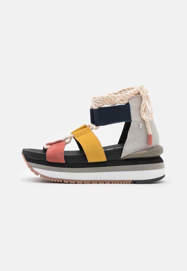 Sandały na platformie - multicolor