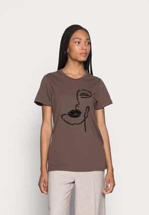 VERAJA - T-shirt print - brown - black print/sequins