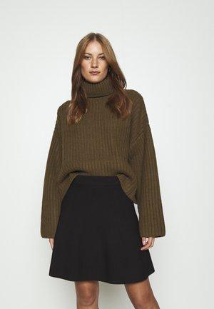 KEIKO TURTLENECK - Sweter - dark olive