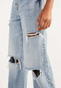 Bershka - MIT RISSEN - Flared Jeans - blue denim - 3