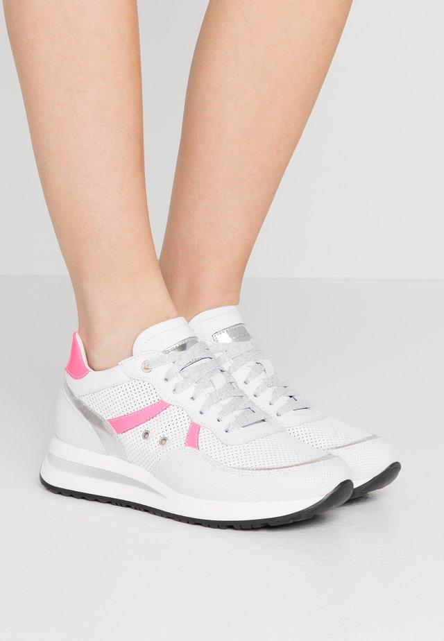 NANCY - Sneakers basse - bianco/fuxia fluo