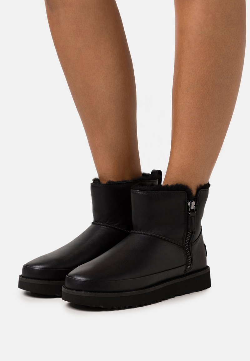 UGG - CLASSIC ZIP MINI - Winter boots - black
