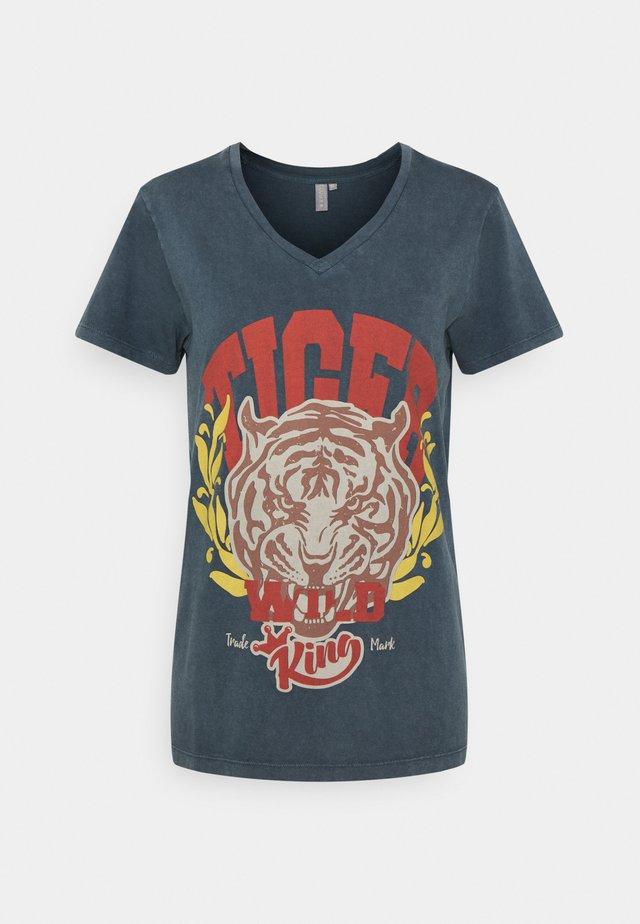 CUNERMIN V-NECK - Print T-shirt - salute wash