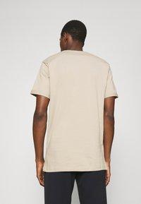 Les Deux - ENCORE  - Print T-shirt - dark sand/black - 2