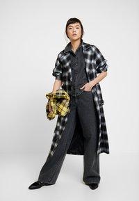 Gestuz - SIENTA - Flared jeans - vintage black - 1