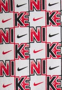 Nike Sportswear - TEE HIGHER - T-shirt con stampa - white - 2