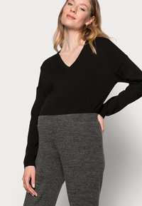 Pieces Maternity - PCMPAM FLARED PANT - Trousers - dark grey melange - 3