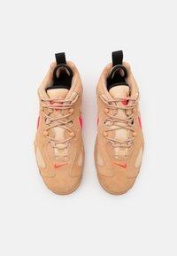 Nike Sportswear - AIR BARRAGE UNISEX - Sneakers basse - tan/laser crimson/white onyx/black - 5