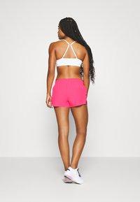 Nike Performance - SHORT - Pantalón corto de deporte - hyper pink/lucky green - 2