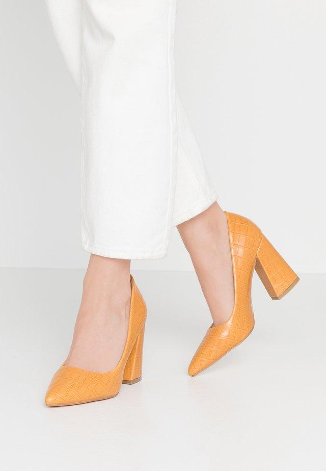 Decolleté - yellow