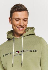 Tommy Hilfiger - LOGO HOODY - Sweat à capuche - faded olive - 3