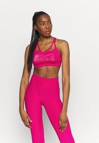 Nike Performance - INDY ICONCLASH BRA - Brassières de sport à maintien léger - fireberry/white - 0