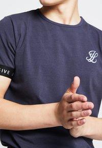 SIKSILK - ILLUSIVE LONDON JUNIORS - Print T-shirt - grey - 3