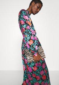 Gestuz - GROA DRESS - Denní šaty - pink roses - 3