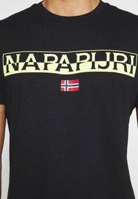 Napapijri - SARAS SOLID - T-shirt med print - black - 4