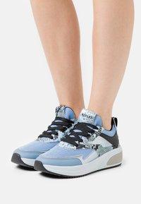 Replay - AMUDENA - Sneakersy niskie - light blue - 0