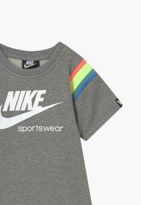 Nike Sportswear - HERITAGE DRESS - Vestito estivo - carbon heather - 2