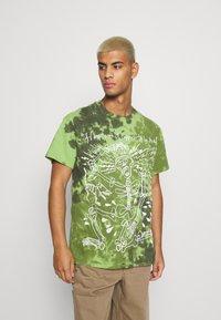 Vintage Supply - SKELETON SLOGAN GRAPHIC TYE DYE - Print T-shirt - green - 0