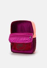 Nike Sportswear - TANJUN UNISEX - Tagesrucksack - cactus flower/cardinal red/dark beetroot - 2