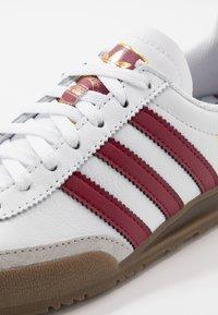 adidas Originals - JEANS UNISEX - Trainers - footwear white/collegiate burgundy - 7