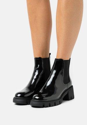 VEGAN KAIA COMBAT GUSSET BOOT - Enkellaarsjes met plateauzool - black