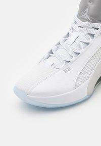 Jordan - AIR XXXV LOW - Basketball shoes - white/metallic silver/black - 5