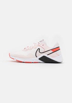LEGEND ESSENTIAL 2 - Chaussures d'entraînement et de fitness - light soft pink/black/magic ember/summit white/white