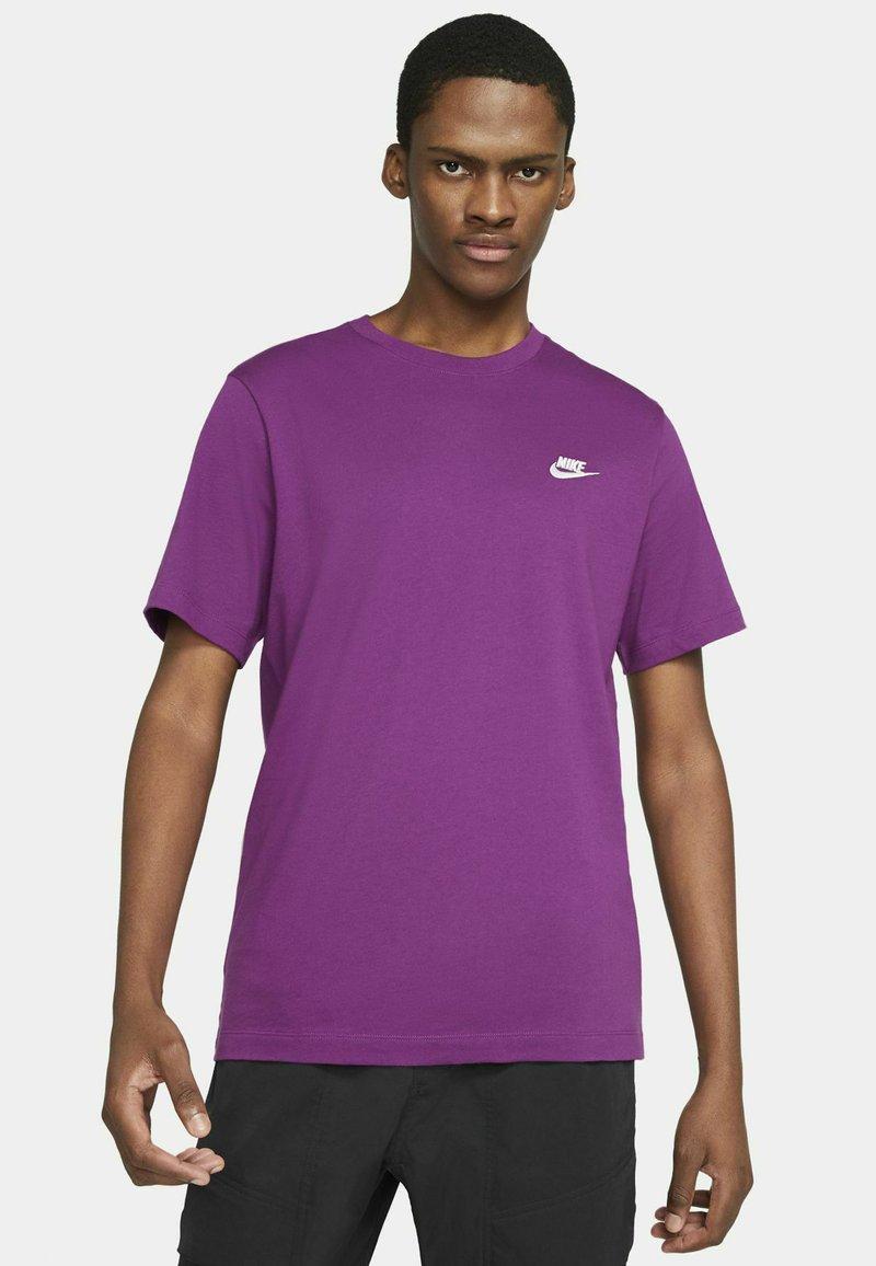 Nike Sportswear - CLUB TEE - T-shirt - bas - viotech white