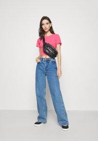 NA-KD - BABYLOCK CROP - Basic T-shirt - hot pink - 1