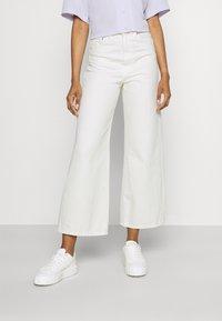 Gina Tricot - IDUN CROP WIDE - Široké džíny - antique white - 0