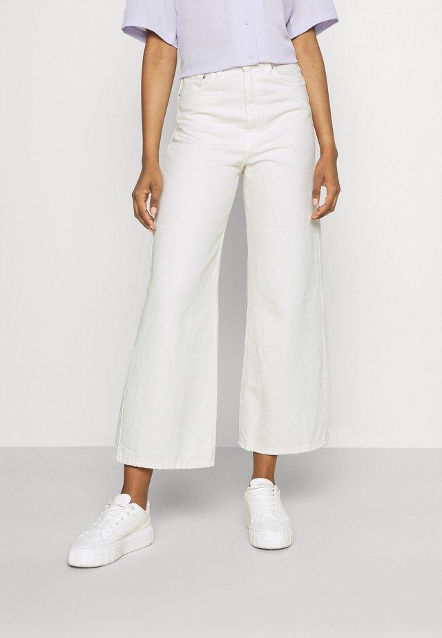 IDUN CROP WIDE - Flared jeans - antique white