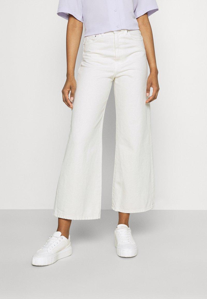 Gina Tricot - IDUN CROP WIDE - Široké džíny - antique white