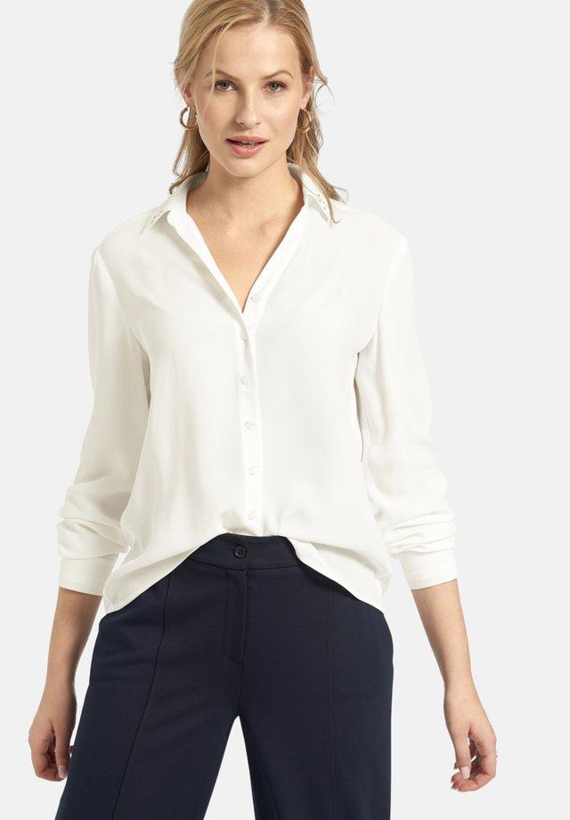 MIT KNOPFLEISTE UND DEKO-NIETEN - Button-down blouse - offwhite