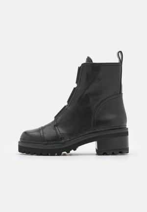 BARRETT BOOT - Plateaustøvletter - black/white