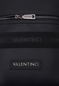 Valentino Bags - ALEX CROSSBODY - Taška spříčným popruhem - nero - 3