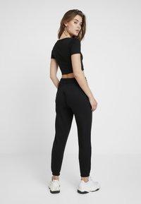 Missguided - CROPPED AND BASIC SET - Pantalon de survêtement - black - 2