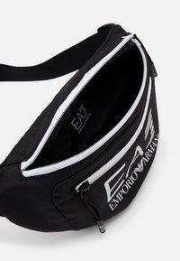EA7 Emporio Armani - BELT BAG UNISEX - Ledvinka - black/white - 2