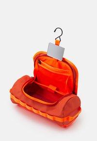The North Face - TRAVEL CANISTER UNISEX - Trousse - burnt ochre/power orange - 2