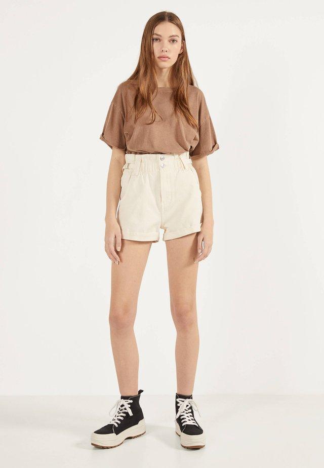 MIT STRETCHBUND UND GÜRTELSCHLAUFEN - Shorts di jeans - beige