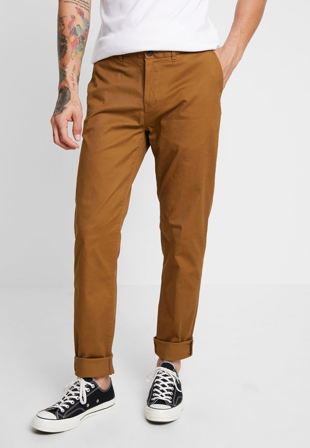 STUART CLASSIC SLIM FIT - Pantalones chinos - walnut
