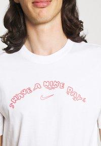 Nike Sportswear - TEE HAVE A DAY - T-shirt print - white - 4