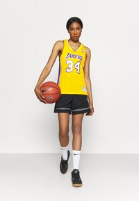 Mitchell & Ness - NBA LOS ANGELES LAKERS WOMENS SWINGMAN SHAQUILLE ONEAL  - Club wear - yellow - 1