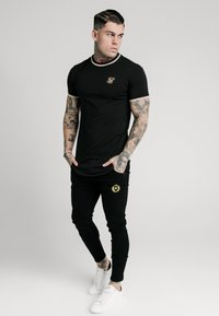 SIKSILK - GYM TEE - T-shirt med print - black/gold - 1