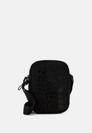 MONTAUK SIDE BAG - Taška spříčným popruhem - black