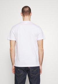 Lacoste - Unisex Lacoste x Jean-Michel Tixier Design Cotton T-shirt - T-shirts med print - blanc/rouge - 2