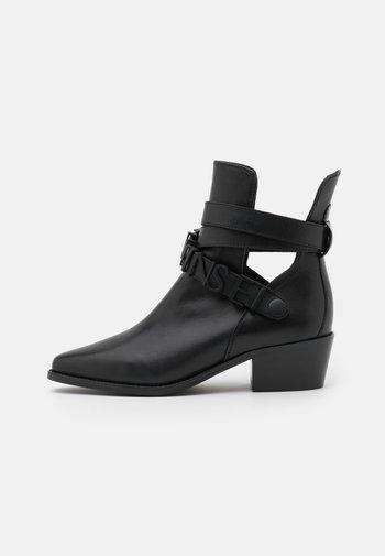 TRONCHETTO TACCO MEDIO CON LOGO LETTERING - Classic ankle boots - nero