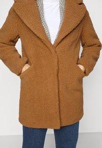 Vero Moda Petite - VMDONNA TEDDY - Zimní bunda - tobacco brown - 5